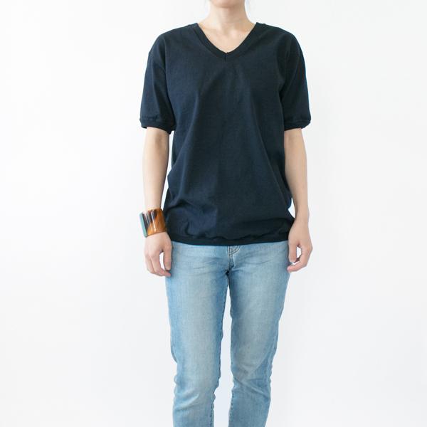 モデル身長:158cm 着用サイズ:M(Vネック ショートスリーブ Tシャツ MARINE)