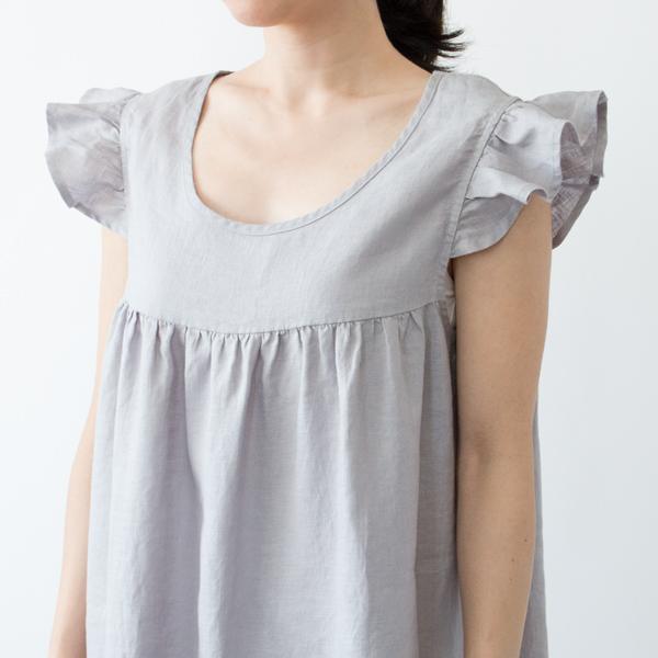可愛らしくギャザーの寄った袖と胸元の切り替えがポイント(LIGHT GRAY)