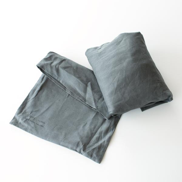 同じリネン素材の袋の中にシーツが入っています