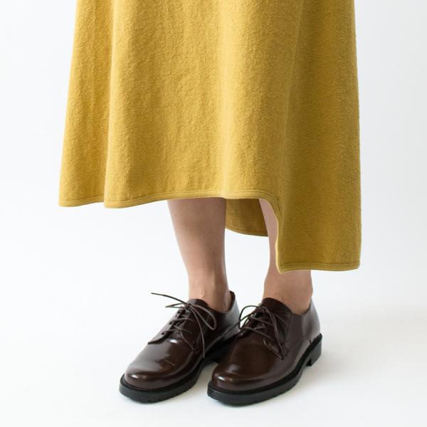 脚の悩みをカバーしてくれる変形ヘムスカート