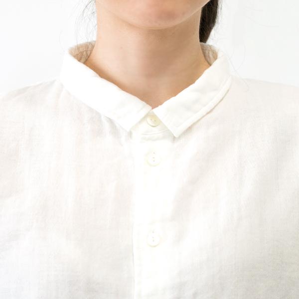 襟の開きを少し広めにとることで、着心地良く、フェミニンな印象に