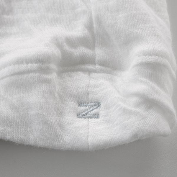 左裾に淡いグレーの刺繍入り