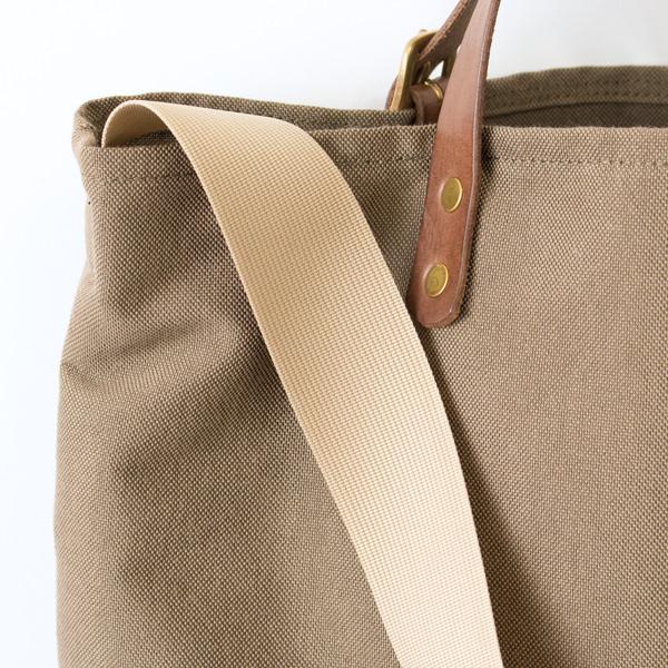 柔らかく、幅広で肩にかけやすいショルダーストラップ付き(BROWN)