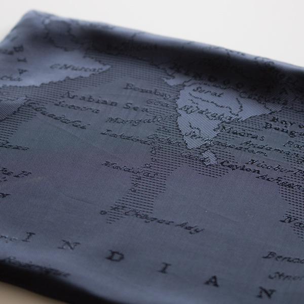 内側にはイタリアで織られた地図柄ジャカード生地を使用