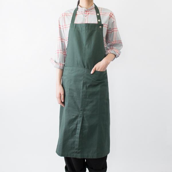 エプロンウィズワイドポケット(DARK GREEN) モデル身長:166cm