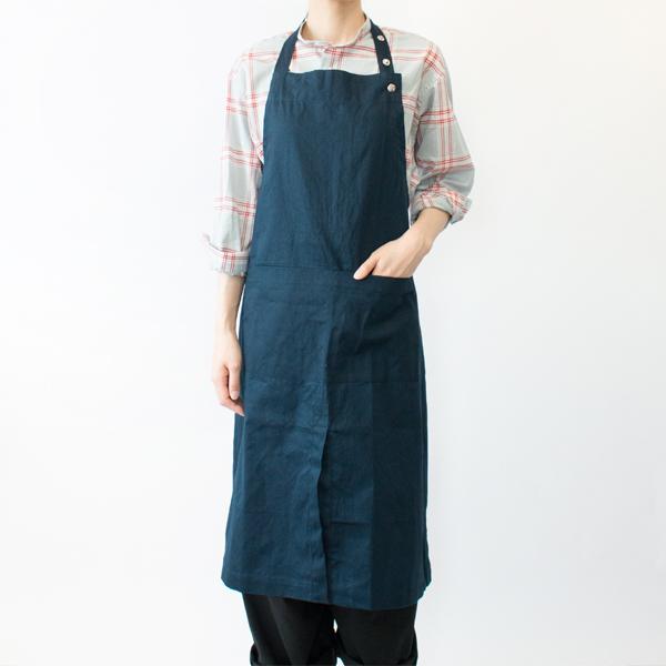 エプロンウィズワイドポケット(DARK BLUE) モデル身長:166cm