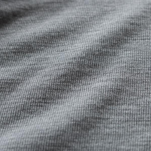 グレー表面生地アップ/ウールにシルクを混紡しているため、より滑らかな肌触りに