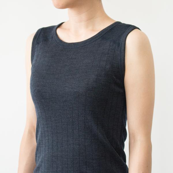 ネイビーは肩ストラップが幅広で切り替えがあり、控えめなストライプ地(モデル身長:158cm)