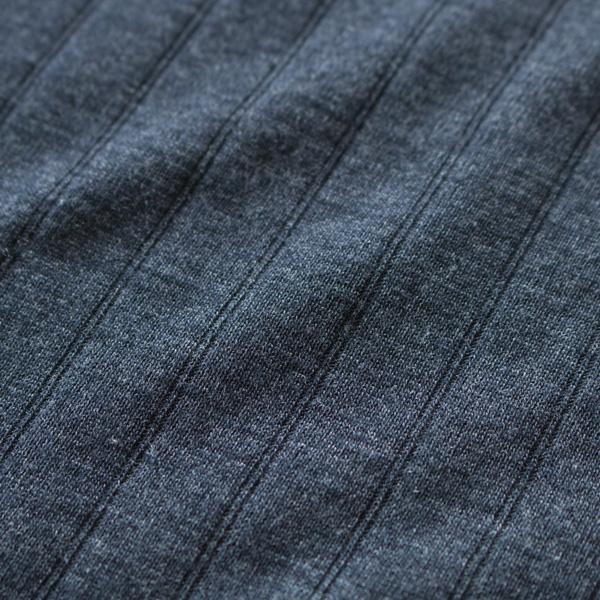 ネイビー表面生地アップ/ウールにシルクを混紡しているため、より滑らかな肌触りに