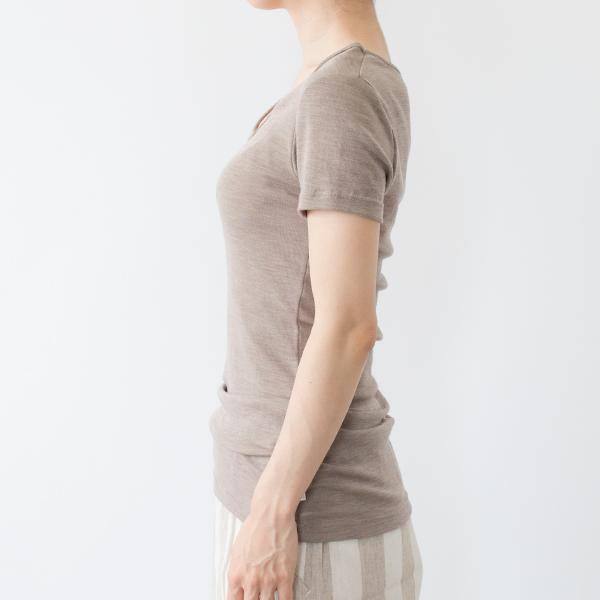 18-19ミクロンの細いメリノウールを使用しているため、ウール特有のチクチク感がなく、快適に着ていただけます(モデル身長:158cm 着用サイズ:XS)