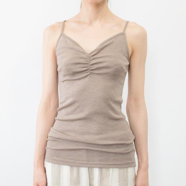 キャメル着用イメージ(モデル身長:166cm) ※カラーによって胸元・背面のデザインは若干異なります