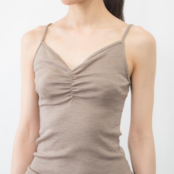 キャメルは胸元中心にギャザーを寄せたデザイン(モデル身長:166cm) ※カラーによって胸元・背面のデザインは若干異なります