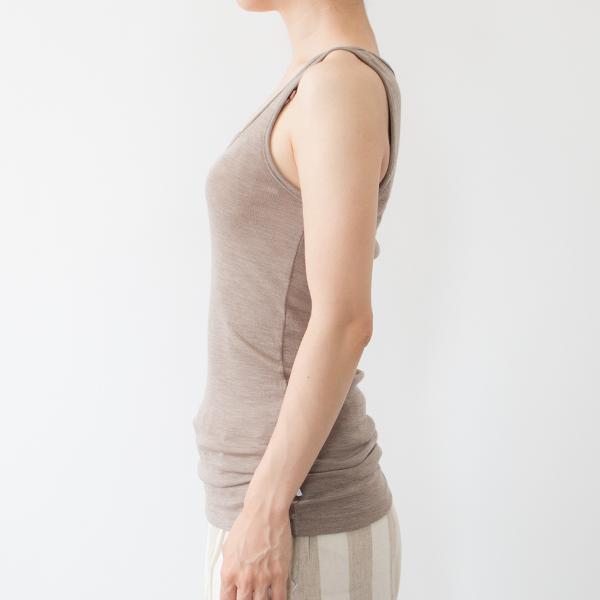 18-19ミクロンの細いメリノウールを使用しているため、ウール特有のチクチク感がなく、快適に着ていただけます(モデル身長:158cm)