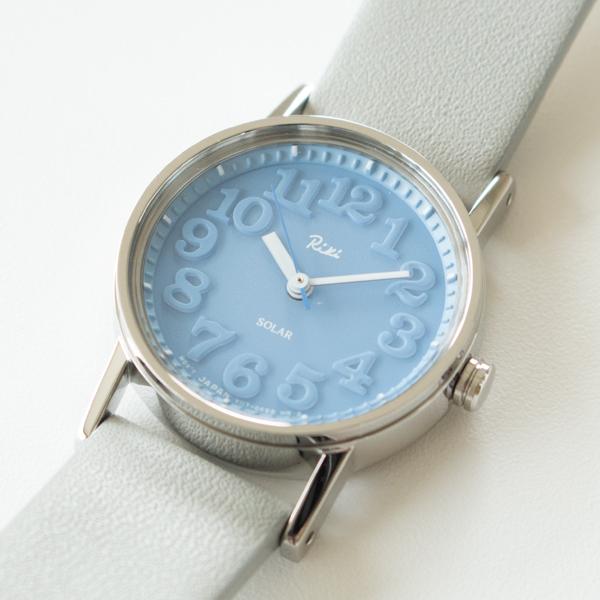 1970年に発表された「小さな壁時計」のデザインをベースにした、立体感のある文字盤