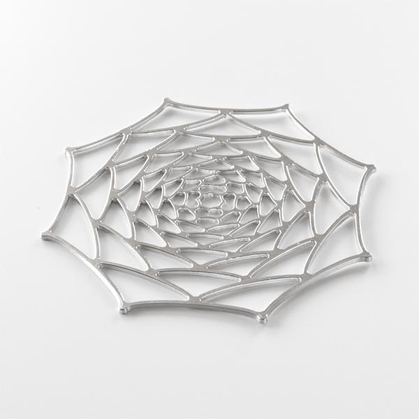 平たい状態で、ガラス器や陶磁器の下に敷いたテーブルコーディネートもおすすめ
