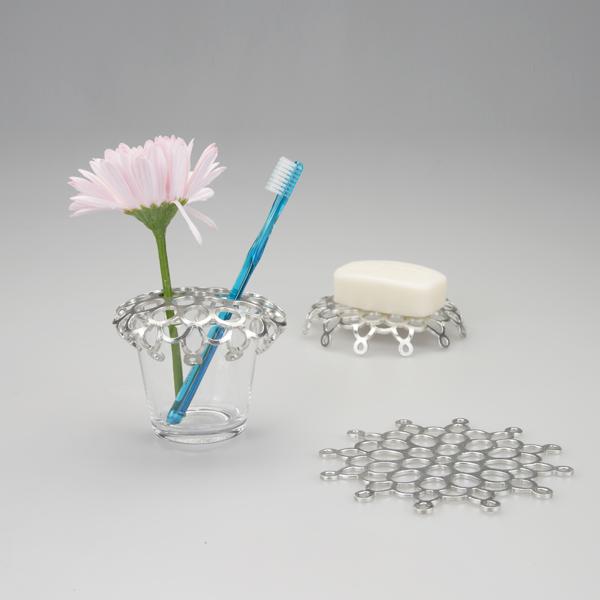 水洗いでき、抗菌作用もある錫は、浴室・洗面周りの小物におすすめです