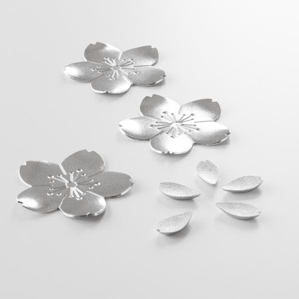 桜をかたどったトレー3枚と花びらをモチーフにした箸置き5つがセット