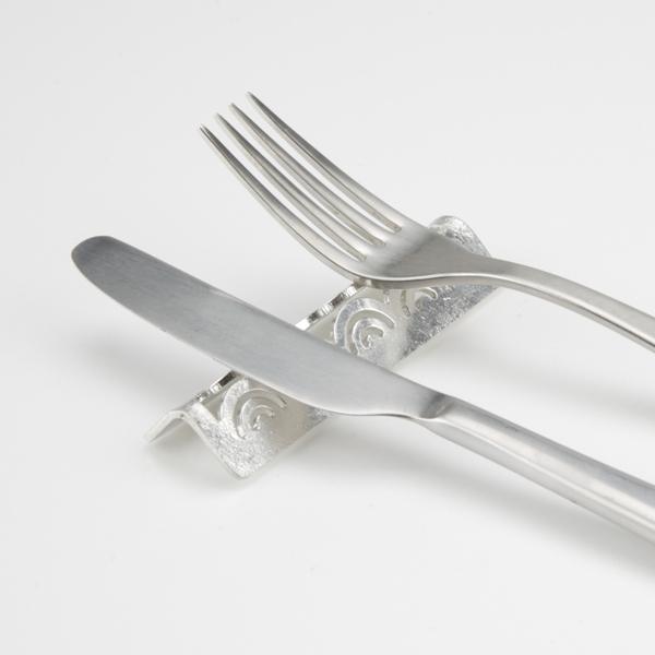 柔らかいので、テーブルの角などに合わせて、ゆっくりと手で折り曲げてお使いください