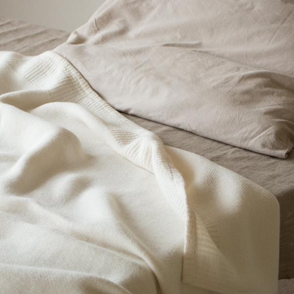 バスタオルなどと同じ生地を使ったタオルケットだから、吸水性と肌触りの良さは抜群です(ベージュ)
