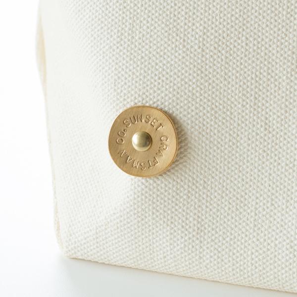 一枚一枚手作業で丸く切り出した真鍮のプレート