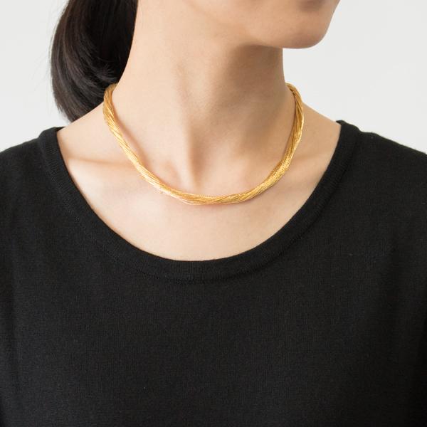 色はシンプルに、金糸の素材を楽しむつけ方も(弁柄漆)