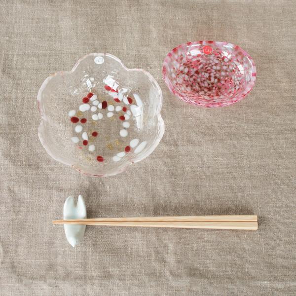 小ぶりなサイズで様々な用途に使いやすく、置くだけで食卓が華やぎます