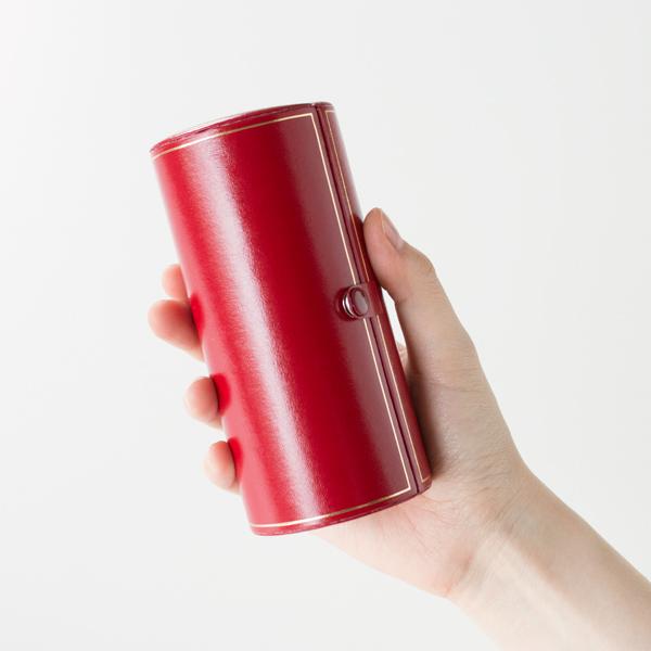 円筒形の化粧ケース入りで携帯にも便利