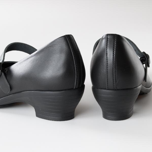 女性らしいヒール靴なのにスニーカーのような履き心地で、雨の日にも履ける頼もしい一足