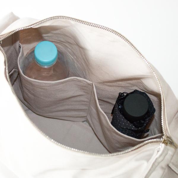 2つの中ポケット:500mlペットボトルや折り畳み傘を立てて収納できます