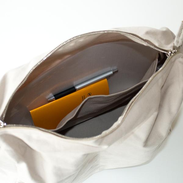 大ポケット:A4サイズのクリアファイルがおさまります
