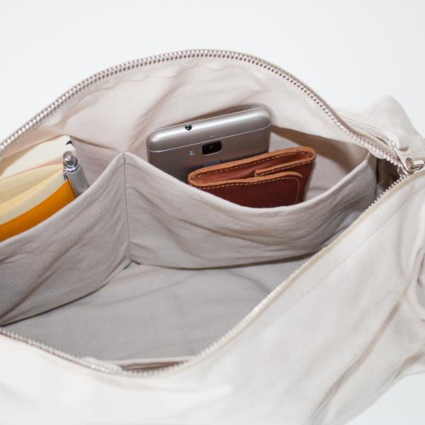 中ポケットにはスマートフォンやパスケースなどを