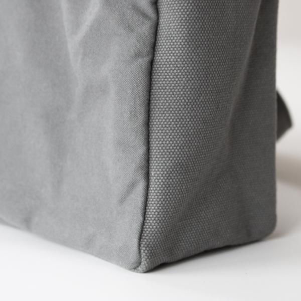 本体部分は、重い荷物にも耐えられる丈夫な厚手4号帆布