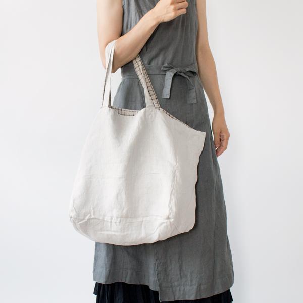 染色をしていない「ナチュラル」を表にして、シンプルなバッグに