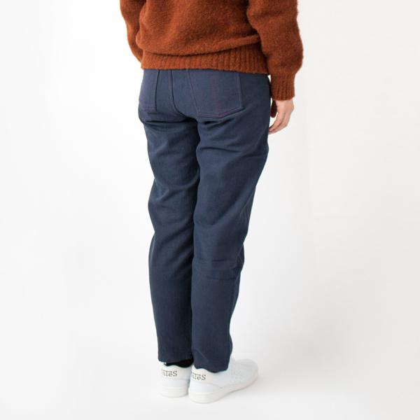 手つむぎ糸をたっぷり使った帆布は、しっかりとした生地感ながら履きこむごとに柔らかく体に馴染んでいきます