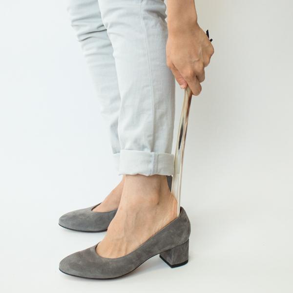 玄関に常備したいスタンダードな30cmタイプは、楽な姿勢で使えます