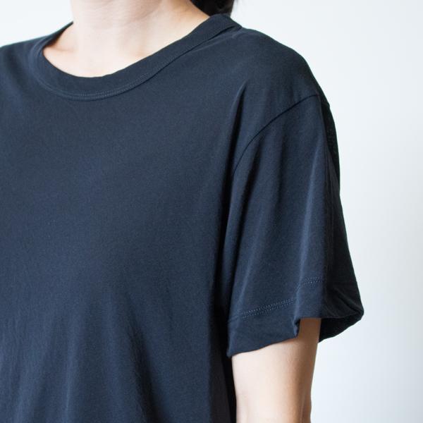 生地の特徴である落ち感がドレープを作り、Tシャツでも優雅な印象に