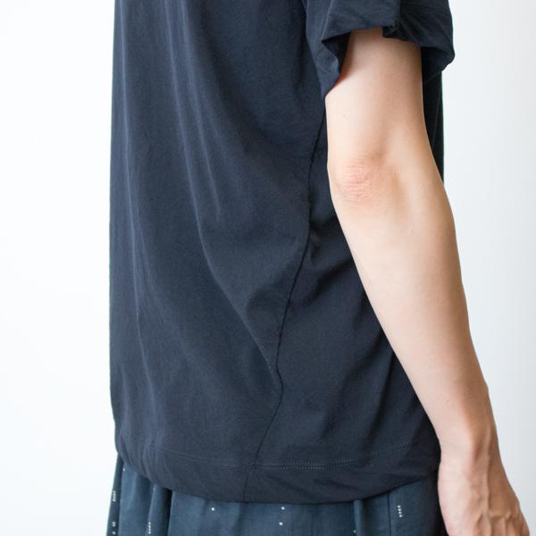 生地の特徴である落ち感がドレープを作り、Tシャツでも優雅な印象