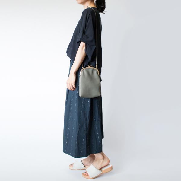 長めストラップで、肩掛け・斜め掛けも可能です(モデル身長:158cm)