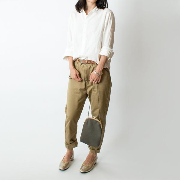 柔らかい紐を好きな位置で結んで、手持ちバッグとしても(モデル身長:158cm)