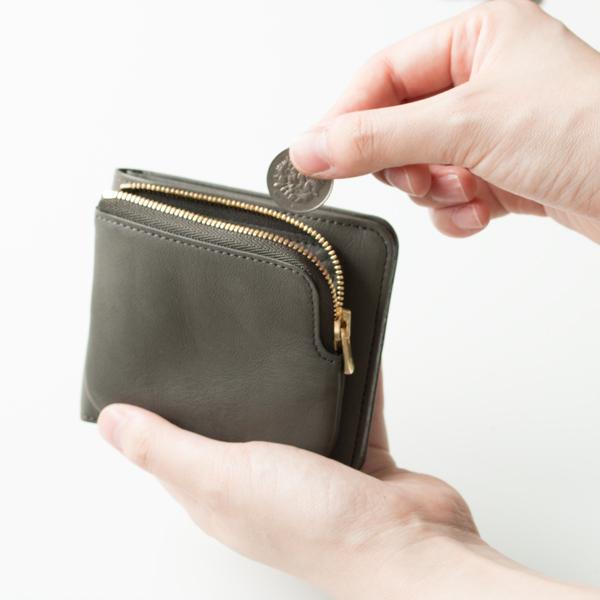 コインが増えても財布が膨らんで開いてしまうことが無い、外ポケットタイプ