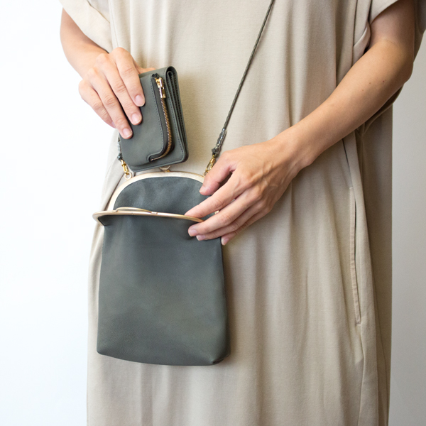 コンパクトなショルダーバッグや、洋服のポケットにも収まる小ささも魅力の1つです