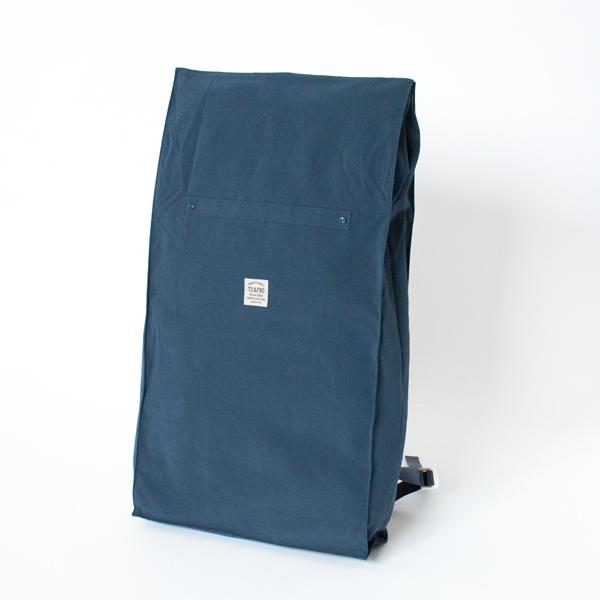 丸められた上部を伸ばすことで、荷物量に応じて容量を増やせる便利なバックパック