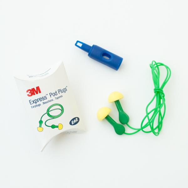 ネックピローの空気の出し入れに便利な「空気栓」&「耳栓」