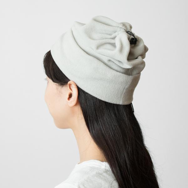 ドローコードを絞って裾を折り返せば、帽子にもなる2WAYタイプ