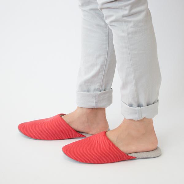 中敷には肌触りの優しい生地を使用した、素足で履いても心地よいスリッパです