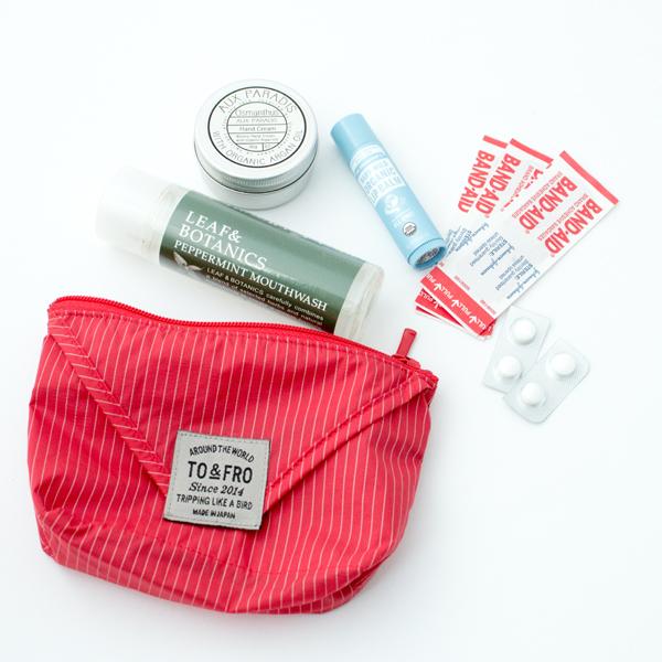 すぐに使う小物や化粧品、薬や絆創膏などを収納できる超軽量のマルチポーチ