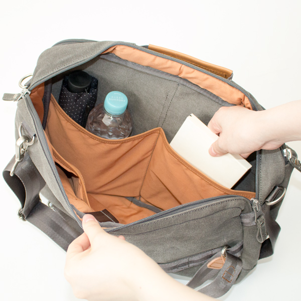 メイン収納部の内ポケットには、折り畳み傘、500mlペットボトルなどのかさばるものもすっきり収まります