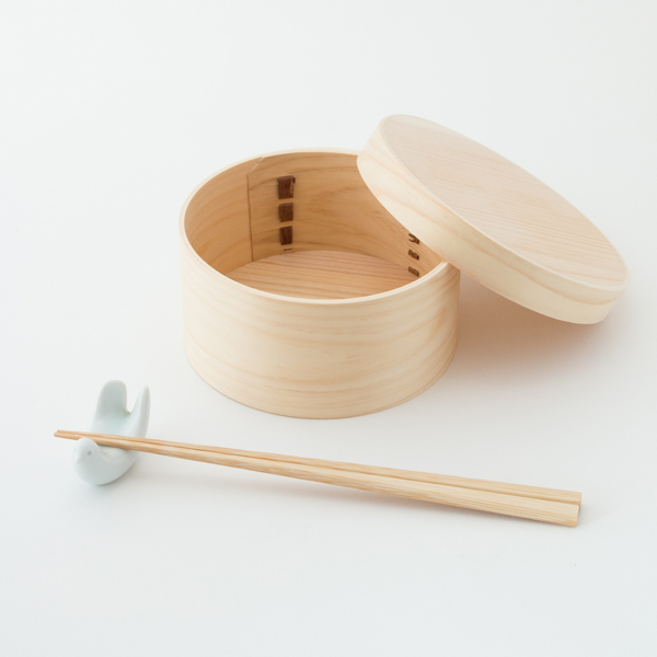 約90gと軽量ながら、容量は約550ml入ります(箸と箸置きは商品には含まれません)