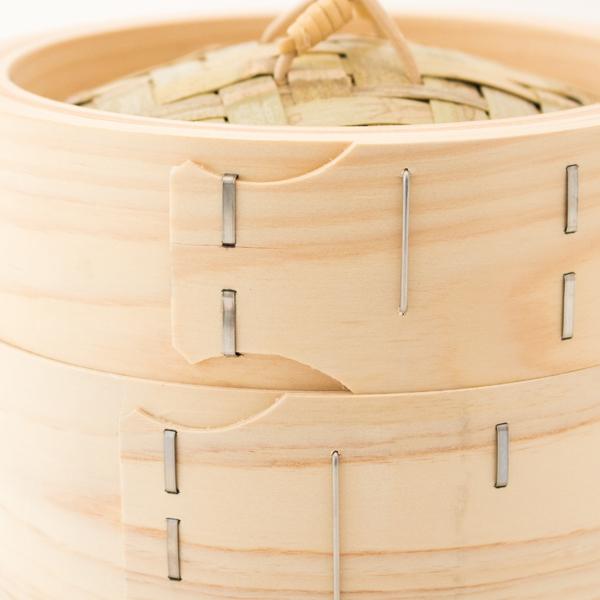 木曽ひのきの薄い板を煮て柔らかくし、木製ローラーを使うことでせいろの形に曲げていきます