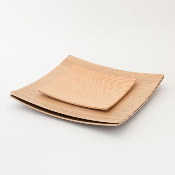 薄型なので、重ねても省スペース(上に重ねたプレート:木製プレートスクエア S)